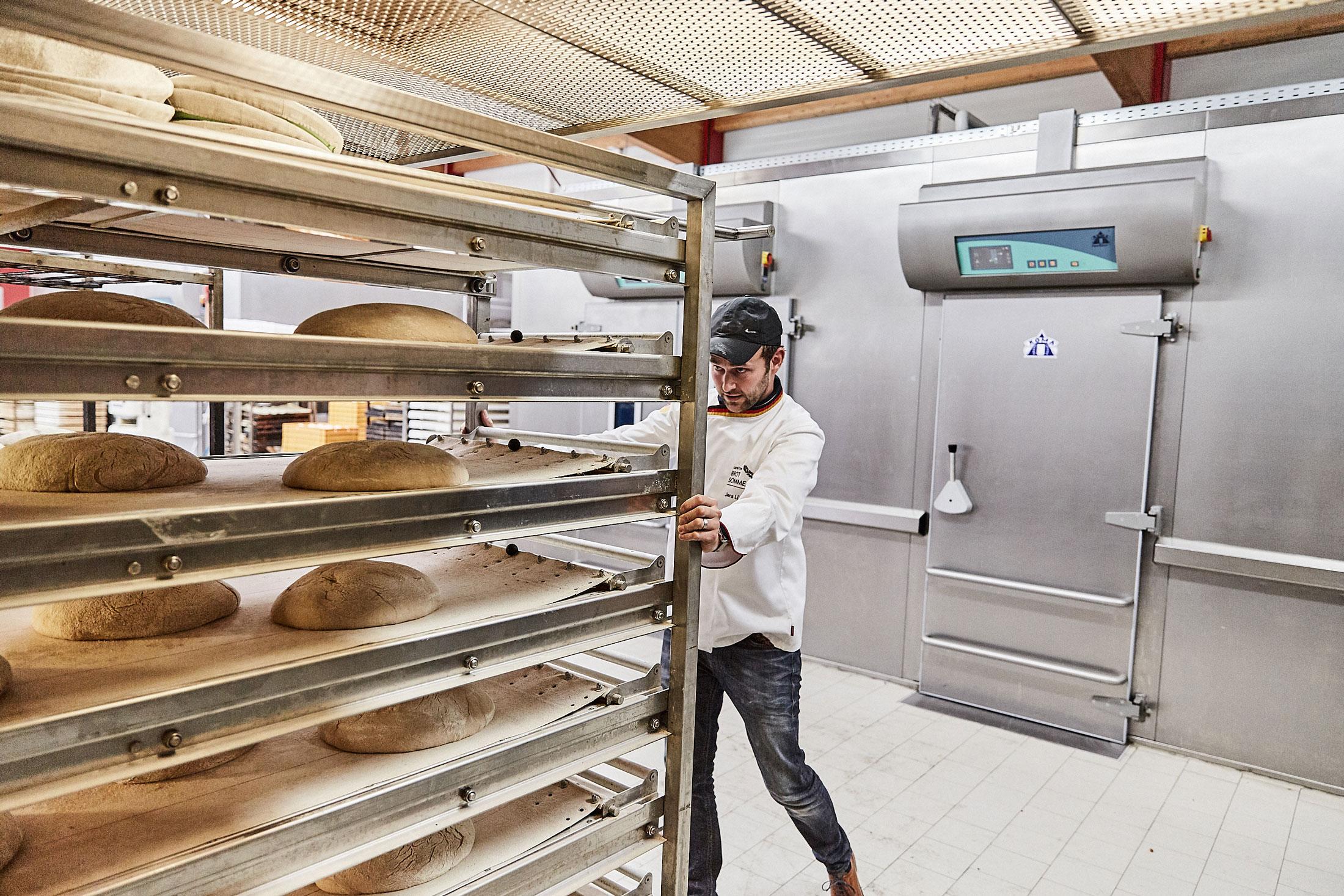 In der Corona-Krise haben Bäcker in wohnortnahen Filialen vielerorts mehr Brot und Backwaren verkaufen können. Die über Monate geschlossenen Cafés sorgten aber unter dem Strich für ein Minus.